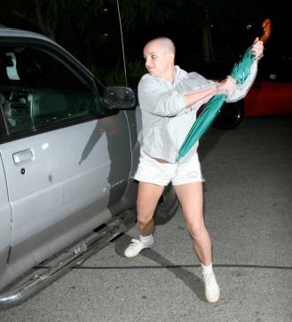 Britney Spears all'apice del possesso delle sue facoltà mentali allontana un paparazzo con un grande ombrello